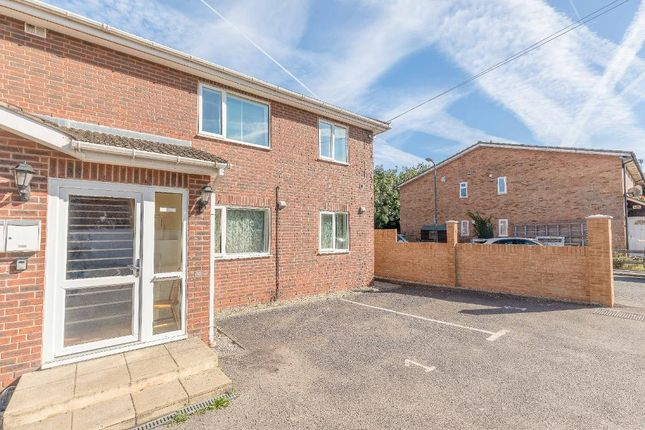 Thumbnail Flat to rent in Meadowbrook Close, Colnbrook