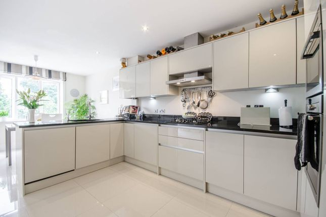 3 bed flat to rent in Slades Hill, The Ridgeway
