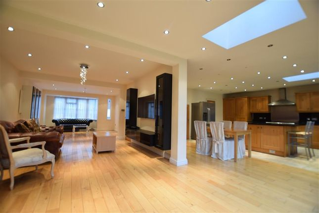 5 bed property to rent in Raleigh Drive, London N20