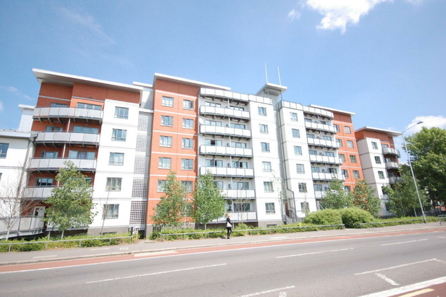 Thumbnail Flat to rent in Crossway Point, Reading