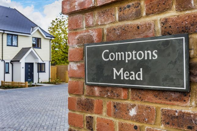 Thumbnail Semi-detached house for sale in Comptons Lane, Horsham