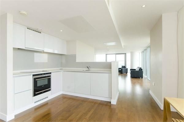 Thumbnail Flat to rent in Landmark Building, Canary Wharf, London