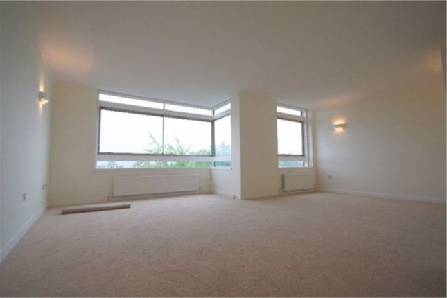 2 bed flat to rent in Westchester Drive, London