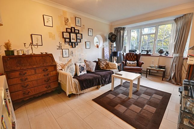 2 bed flat to rent in Woodside Court, The Common, Ealing