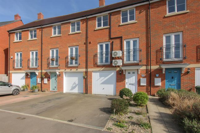 Thumbnail Town house to rent in Noble Crescent, Aylesbury