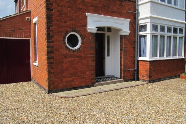 Thumbnail Room to rent in Holden Cresent, Newark