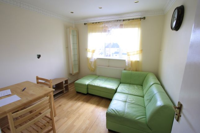 2 bed flat to rent in Galpin's Road, Thornton Heath CR7