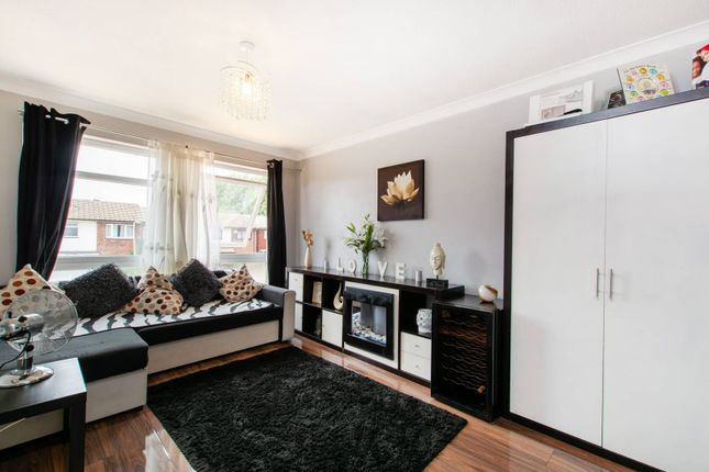 Thumbnail Flat for sale in Chiswick Close, Waddon