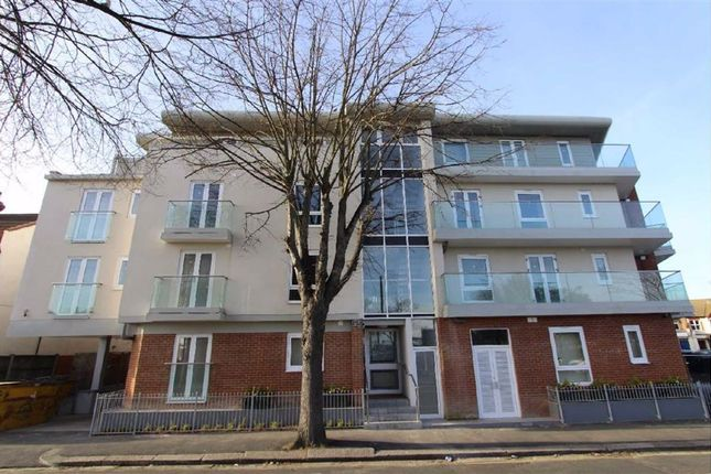 2 bed flat to rent in Leigh Road, Leigh On Sea, Essex SS9