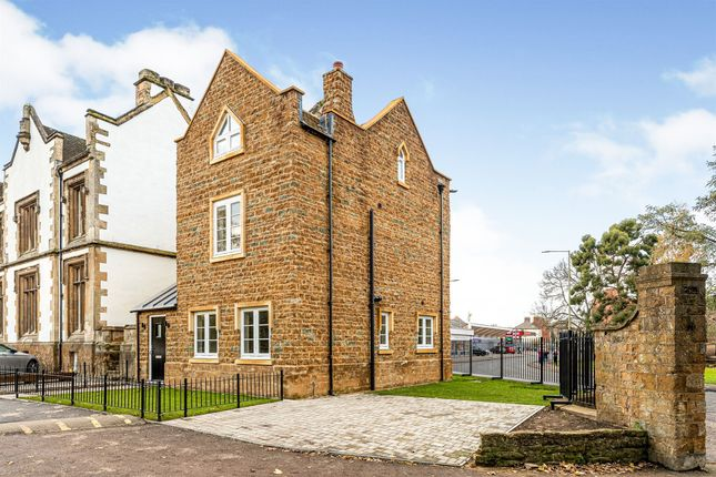 Link-detached house for sale in Warwick Road, Banbury