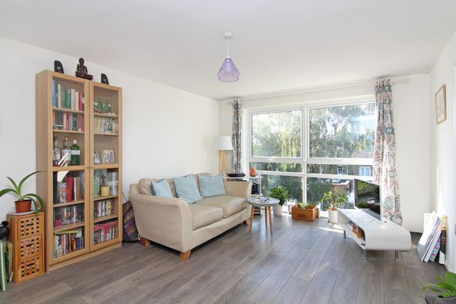 2 bed flat to rent in Station Road, Hampton TW12