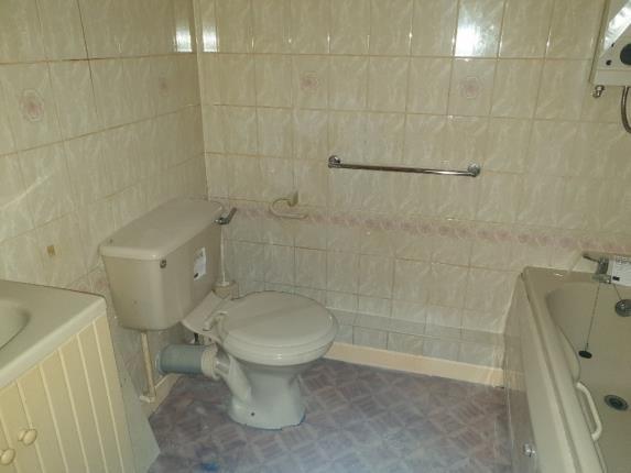 Bathroom of Dean Court, Kilmarnock, East Ayrshire KA3