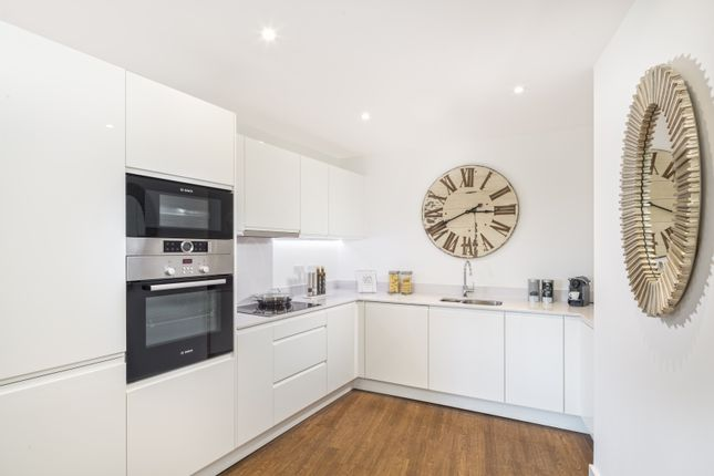Thumbnail Flat for sale in Royal Crescent, London