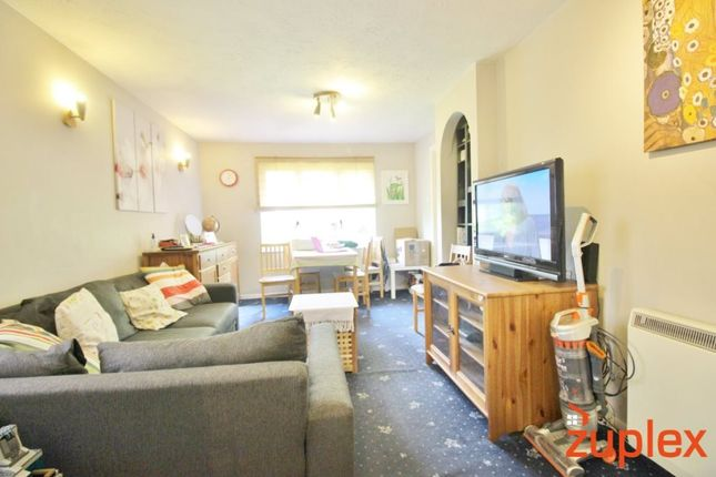 2 bed flat to rent in St. Pauls Rise, London