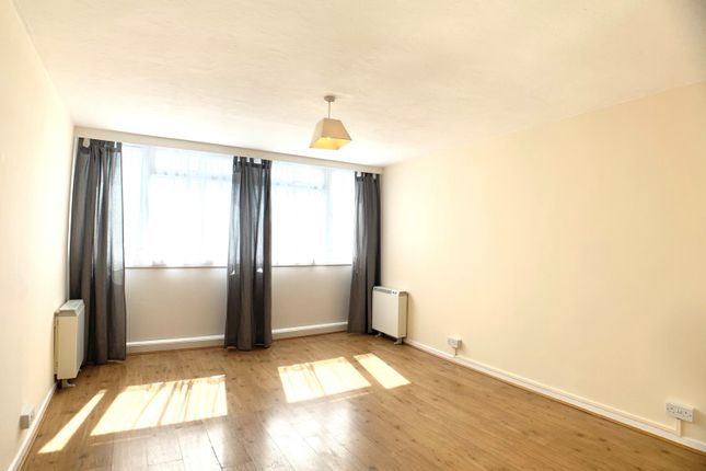 3 bed flat to rent in Meadgate, Chelmsford CM2