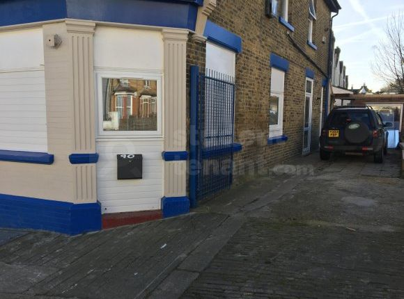 Thumbnail Shared accommodation to rent in Cecil Road, Rochester, Medway