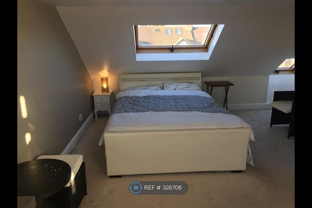 Room to rent in House 228 Buckhurst Way, London