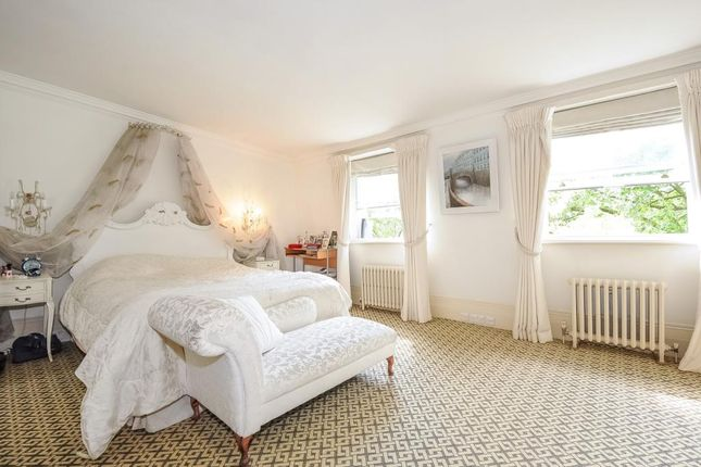 Bedroom of Kensington Square W8,