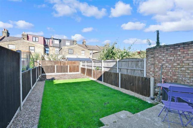 1 bed flat for sale in Courtland Avenue, Ilford, Essex IG1