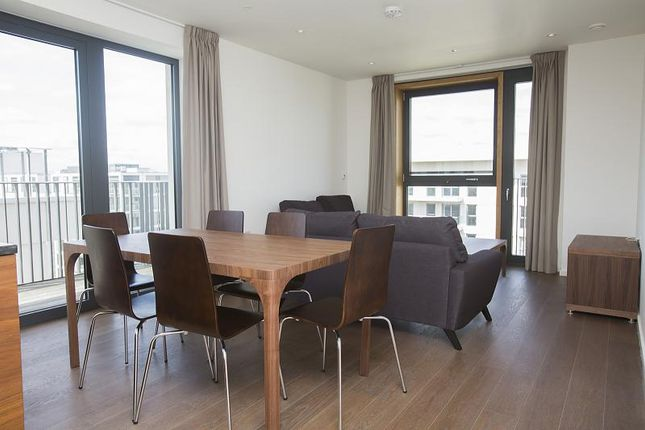 3 bed flat to rent in 14 Glade Walk, London