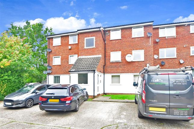 2 bed flat for sale in Droveway, Loughton, Essex IG10