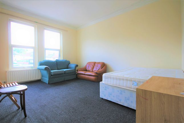 Thumbnail Flat to rent in Roundhay Road, Leeds