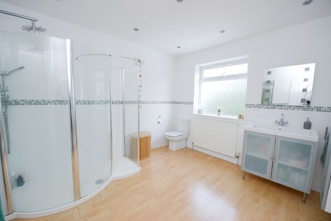 En-Suite of Deerlands Road, Chesterfield S40