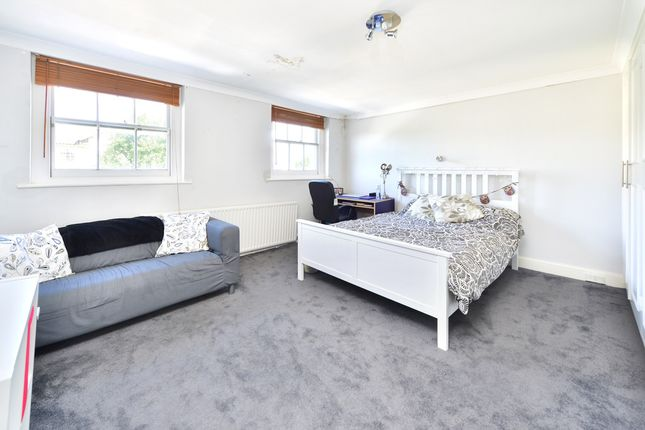 3 bed flat to rent in Parkway, London