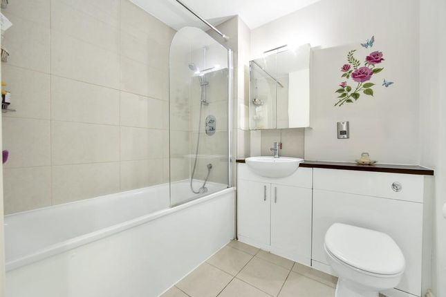 Bathroom of Findlay House, Trevithick Way, London E3