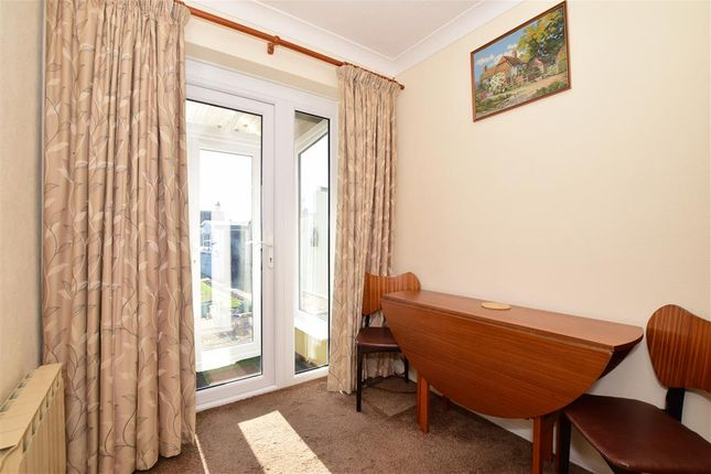 Family Room of Meadowbrook Road, Kennington, Ashford, Kent TN24