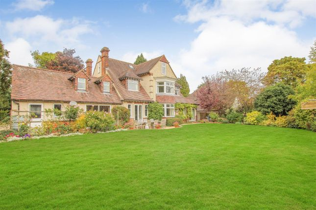 Thumbnail Detached house for sale in Station Road, Tring