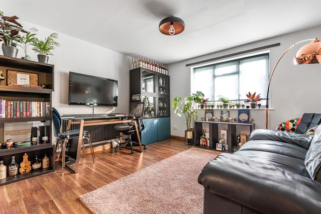 1 bed flat for sale in Bailey Close, London N11
