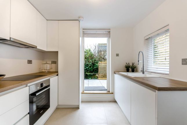 Thumbnail Maisonette to rent in Battersea Rise, Between The Commons