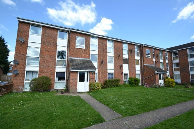 2 bed flat to rent in Clyfton Close, Broxbourne