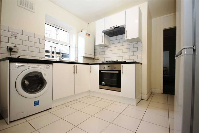 2 bedroom flat to rent in Hoe Street, London