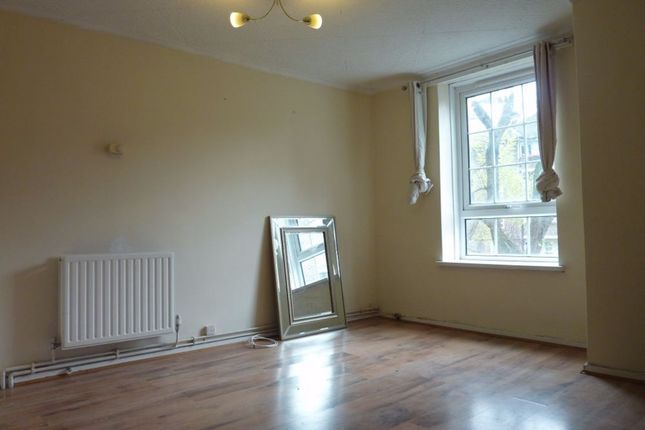 4 bed flat to rent in Long Lane, London