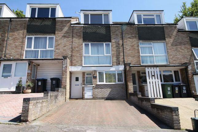 Thumbnail Town house to rent in Garland Close, Hemel Hempstead