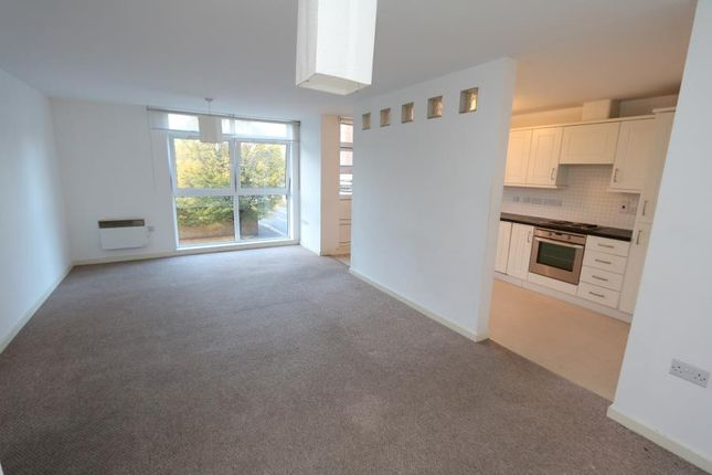 Thumbnail Flat to rent in Victoria Avenue, West Molesey