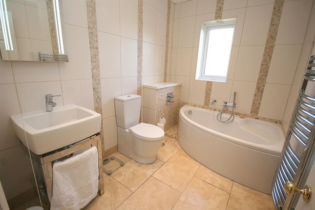 Family Bathroom. of Eaton Park, Eaton Bray, Beds LU6