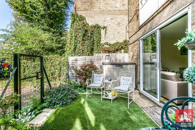 Thumbnail Flat for sale in Hawthorne Close, London