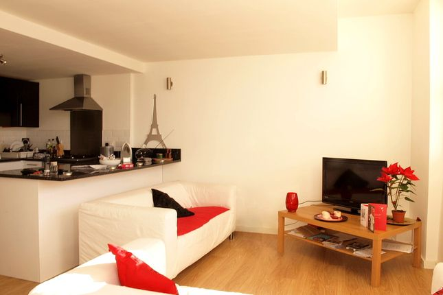 3 bed flat to rent in Kingswood Road, London
