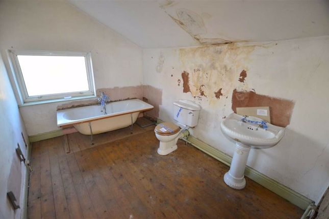 Bathroom of Marlborough Avenue, Goole DN14