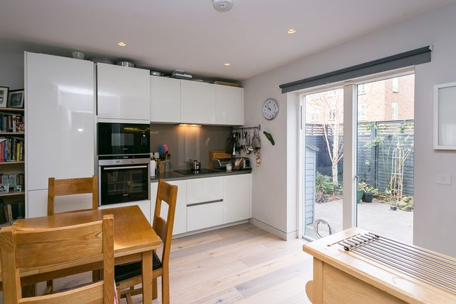Thumbnail Flat to rent in Beechcroft Close, Valley Road, London