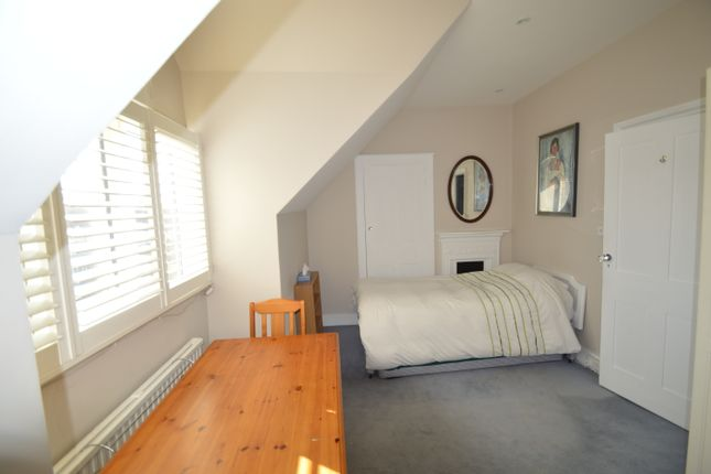 Room to rent in Worple Road, Raynes Park
