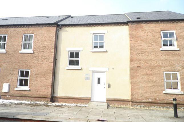 2 bed flat to rent in Pine Street, Aylesbury