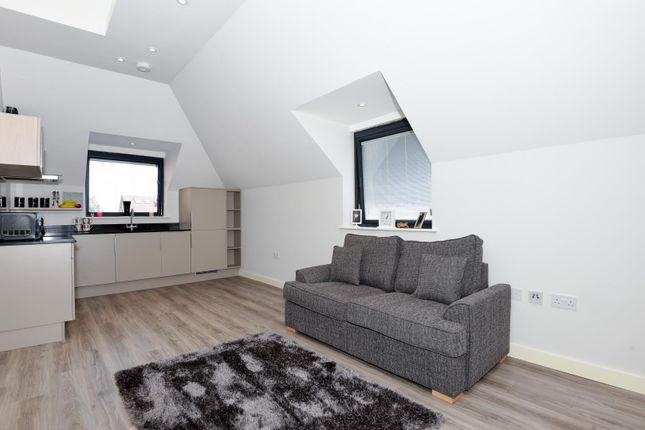 Thumbnail Flat to rent in Station Road, Gerrards Cross, Buckinghamsire