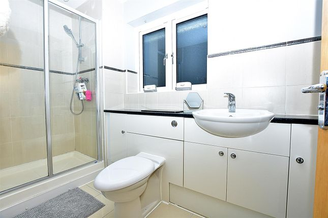 Ensuite of Petchart Close, Cuxton, Rochester ME2