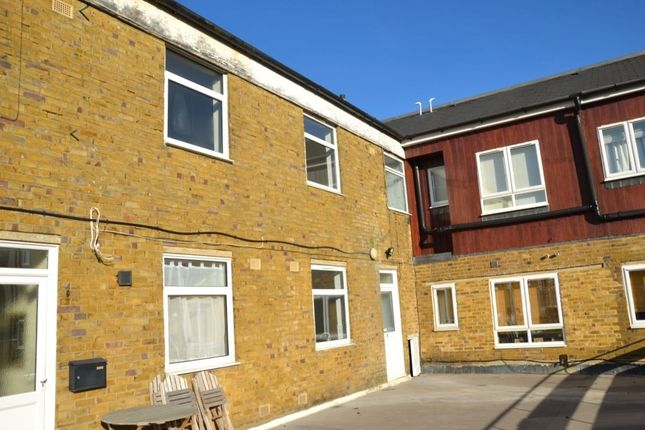 3 bed flat to rent in High Street, Banstead SM7