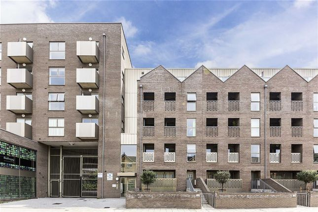 2 bed flat to rent in Bedford Road, London