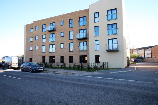 2 bed flat to rent in The Quays, Tilbury RM18
